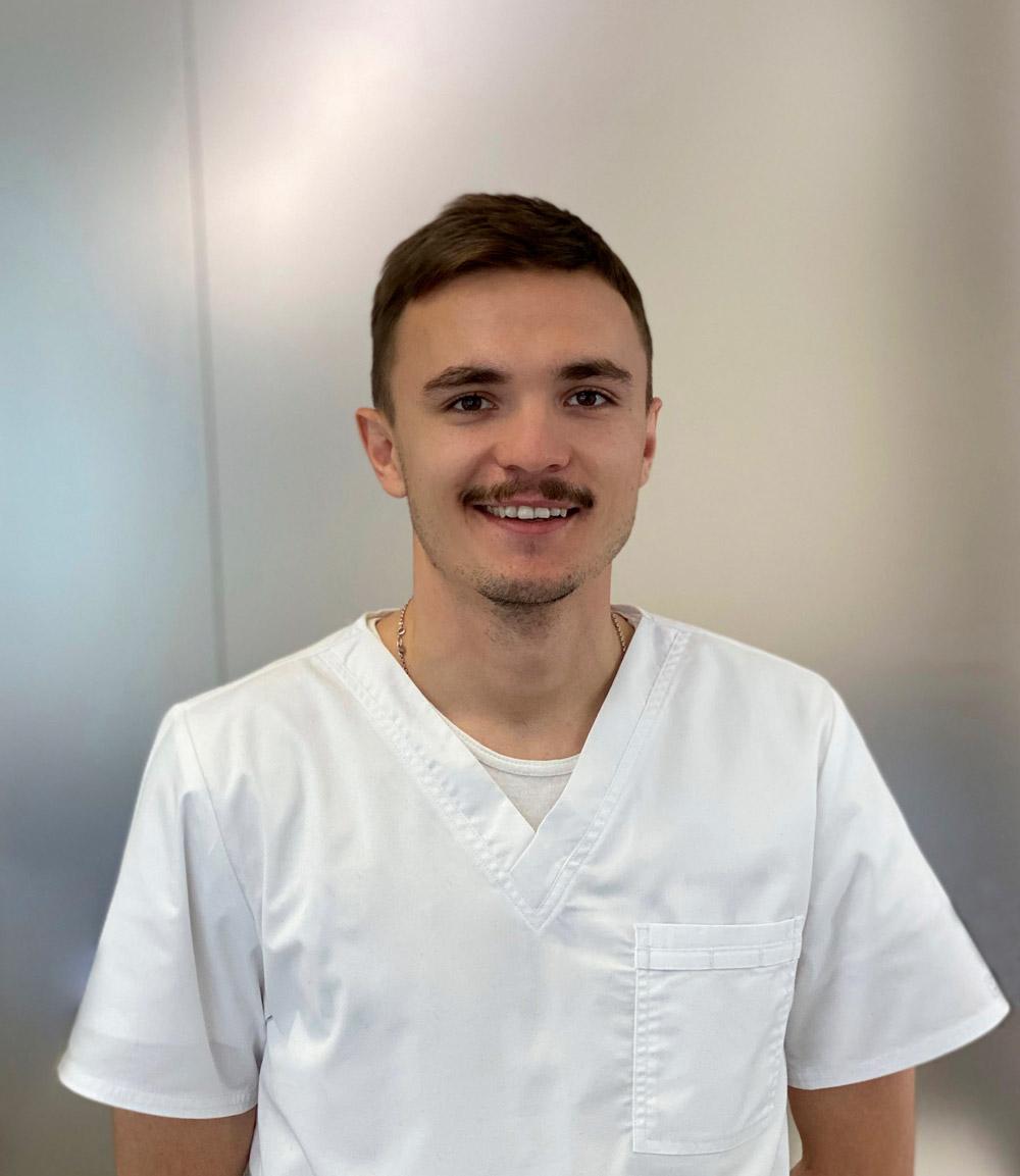 стоматолог-терапевт Кияшкин Александр Александрович в Волгограде в клинике ДАША